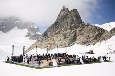 JUNGFRAUJOCH (SUIZA).- Vista panorámica de varios miembros retirados y activos de la NBA durante un partido de baloncesto disputado en el glaciar Aletsch, a 3.454 metros por encima del mar en Jungfraujoch, Suiza. EFE