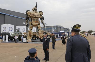 PRETORIA (SUDÁFRICA).- Varias personas observan el 'Parabot' realizado por el Paramount Group durante su visita a la feria Africa Aerospace & Defence 2016 en la Base Aérea de Waterkloof, en Pretoria, Sudáfrica. La feria se celebra desde14 hasta el 18 de septiembre. EFE
