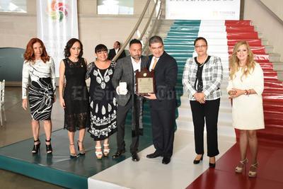 El volcalista del grupo Camila fue reconocido como ciudadano distinguido de Torreón.