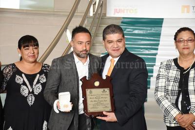 """La """"Medalla Magdalena Mondragón"""", la recibió Mario Alberto Domínguez Zarzar, mejor conocido como Mario Domm del Grupo Camila."""