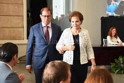 """A nombre de los destacados torreonenses, Ana María Martín Bringas, expresó: """"Quiero agradecer al presidente... muchísimas gracias por esta presea, inmerecida, pero muy agradecida""""."""