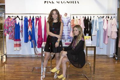 """NUEVA YORK (NY, EEUU),15/09/16.- La diseñadora Paola Wong (i) y su hermana Pamela (d), responsables de la casa de diseño Pink Magnolia, con sede en la ciudad de México, se encuentran en Nueva York donde se celebra la Semana de la Moda. """"Nueva York es el ombligo del mundo. Hace siete años, las hermanas Wong comenzaron su andadura en México con sus prendas juveniles, femeninas y llenas de color y personalidad, que diseña Paola. En poco tiempo, lograron acuerdos para crear colecciones en México para la famosa fashionista """"Barbie"""" y para la adorable Minnie Mouse. EFE"""