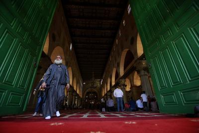"""JERUSALÉN (ISRAEL).- Un grupo de palestinos asiste al rezo en la mezquita de Al Aqsa durante el último día de la festividad musulmana del Eid al Adha o """"fiesta del sacrificio"""" en la ciudad de Jerusalén, Israel. El Eid al Adha o """"fiesta del sacrificio"""" rememora la muerte que dio Ibrahim a su hijo Ishmael para cumplir la voluntad de Dios según relata el Corán. EFE"""