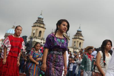 CIUDAD DE GUATEMALA (GUATEMALA).- Estudiantes con vestidos tradicionales de Guatemala participan en un desfile por el 195 aniversario de la independencia de Guatemala, frente al Palacio Nacional de Guatemala en Ciudad de Guatemala (Guatemala). Con el eco de las marchas militares, a ritmo de platillos y tambores, resonó hoy de nuevo en las calles abarrotadas del centro histórico de Guatemala para celebrar con orgullo la independencia el 195 aniversario de la independencia del país centroamericano. EFE