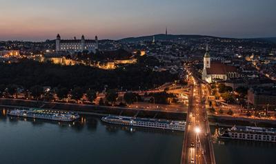 BRATISLAVA (ESLOVAQUIA).- Fotografía panorámica donde se ve la torre del Puente del Levantamiento Nacional Eslovaco (UFO Bridge) con el castillo de Bratislava en el fondo, antes de la reunión informal de líderes de estado de los 27 países de la Unión Europea en Bratislava (Eslovaquia). EFE