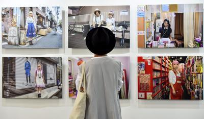 BEIRUT (LÍBANO).- Una mujer observa obras de arte durante la inauguración de la Feria de Arte Beirut, en Beirut (Líbano). EFE