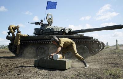 DONETSK (UCRANIA).- Militares prorrusos participan en un entrenamiento cerca de Torez, a unos 75km de Donetsk, Ucrania. - Los ministros de Asuntos Exteriores de Alemania, Frank-Walter Steinmeier, y Francia, Jean-Marc Ayrault, llegaron hoy a la región de Donetsk tras entrar en vigor esta medianoche una tregua de una semana en la zona del conflicto en el este de Ucrania. Steinmeier y Ayrault inspeccionaron la base de la misión especial de la Organización de Seguridad y Cooperación en Europa (OSCE) en Kramatorsk, escenario de cruentos combates entre el Ejército ucraniano y las milicias separatistas prorrusas en 2014. EFE