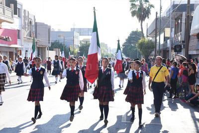 Las escuelas secundarias llevaron a sus escoltas en el desfile.