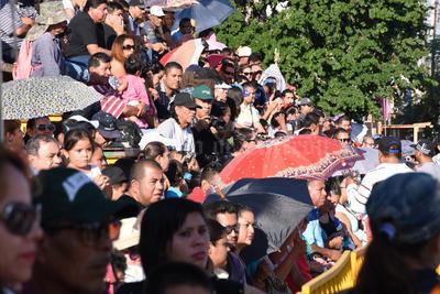 Cientos de familias estuvieron desde antes de las 9 de la mañana para escoger el mejor lugar.