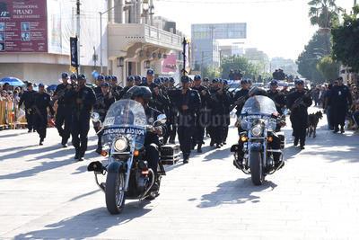Un grupo de policías municipales desfila por las calles de Torreón.
