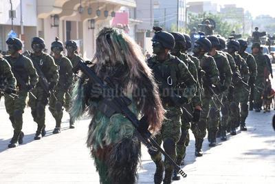 Integrantes del Ejército también desfilaron por las calles.
