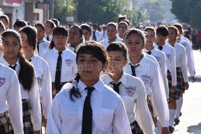 Las escuelas de Torreón desfilaron por las calles.