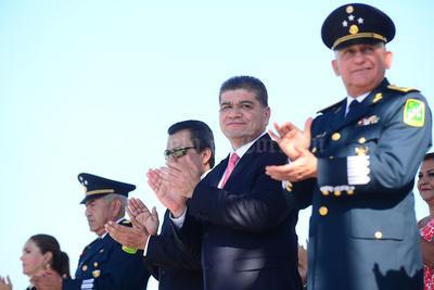 El alcalde Miguel Riquelme Solís, acompañado de integrantes del Cabildo de Torreón y el comandante de la XI Región Militar, Uribe Toledo Sibaja, encabezaron la parada cívica.