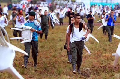 """EL DIAMANTE (COLOMBIA).- Guerrilleros asisten , a la Décima Conferencia Nacional Guerrillera en El Diamante, los Llanos del Yarí (Colombia). """"En sus manos está el futuro de Colombia"""", dijo su líder """"Timochenko"""" en su discurso inaugural a los alrededor de 200 delegados de la guerrilla que acudieron a la inhóspita y recóndita región de los Llanos del Yarí, en el sur del país, donde comenzó la conferencia que concluirá el próximo 23 de septiembre. EFE"""