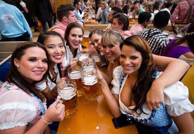 Munich (Alemania).- Las mujeres vestidas con ropa tradicional posan con sendas jarras de cerveza en la tienda del festival en Hacker en la fiesta de la cerveza en Munich, Alemania. La edición 183ª del popular festival anual de la cerveza se festeja del 17 de septiembre al 03 a octubre para atraer a  varios millones de visitantes de todo el mundo. EFE