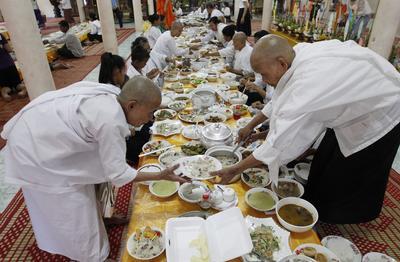 """Phnom Penh (Camboya ).- Monjes budistas de Camboya preparan comida para los monjes durante el """"Día de los muertos"""" ( Día de los antepasados), en una pagoda en Phnom Penh , Camboya. Camboya celebra el Festival de la muerte del 17 de septiembre al 02 de octubre de 2016. Durante estos 15 días, muchos camboyanos ir a pagodas, llevar alimentos y otras ofrendas a los monjes budistas y visitar a sus familias. EFE"""