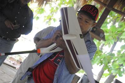 MADUGANDÍ (PANAMÁ).- Un joven indígena que ha aprendido a manejar un dron, gracias a un programa impulsado por la Organización de las Naciones Unidas para la Alimentación y la Agricultura (FAO) para supervisar la conservación de los bosques, en la zona de Madugandí (Panamá), donde habita la etnia Guna. EFE