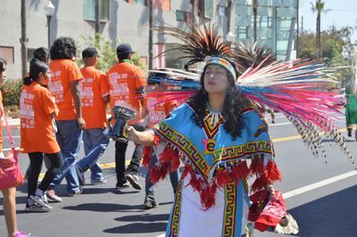LOS ÁNGELES (EE.UU.).- Residentes y miembros de organizaciones sociales participan en una marcha por la paz, en Boyle Heights, al Este de Los Ángeles (EE.UU.). La marcha estuvo organizada por el grupo Soledad Enrichment Action y buscó mostrar la intención conjunta tanto de las autoridades como de residentes de este sector hispano de Los Ángeles de lograr y mantener un clima de paz. EFE