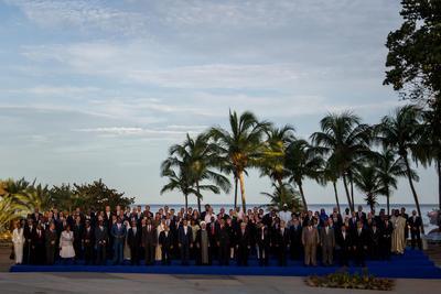 MARGARITA (VENEZUELA).- (i-d) Los presidentes de los países miembros de la MNOAL posan para la fotografía oficial, durante la cumbre del Movimiento de Países No Alineados (MNOAL) en Margarita (Venezuela). La XVII Cumbre de jefes de Estado y de Gobierno del MNOAL, que representan dos tercios de los miembros de la ONU y más de la mitad de la población mundial, comenzó hoy en la venezolana Isla de Margarita. EFE