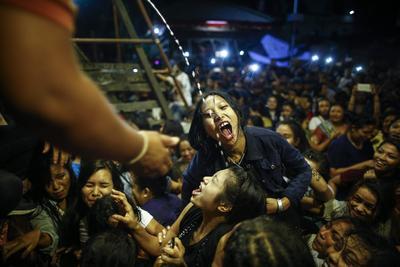 Katmandú (Nepal ).- Mujeres de Nepal y chicas jóvenes luchan por beber alcohol hecho en casa que vierte a través de un tubo que sobresale de la boca de Swet Bhairab, un dios de la alimentación, durante el festival de Indra Jatra en Basantapur Durbar Square en Katmandú , Nepal. Cientos de mujeres y chicas jóvenes se reunieron para beber alcohol como una bendición de ídolo de Swet Bhairab que cree que va a mantenerlos libres de todas las enfermedades. El festival de Indra Jatra se celebra en honor a Indra, el rey de los dioses y dios de las lluvias. El festival también marca el final del monzón. EFE