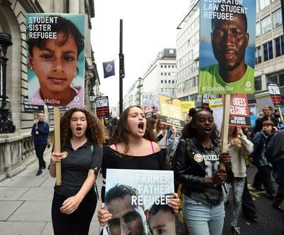 """Londres ( Reino Unido ).- Manifestantes toman parte en la marcha """"Los refugiados son Bienvenidos"""" en Londres, Gran Bretaña. Miles de manifestantes se unieron a la marcha de Hyde Park al Parlamento instando al Gobierno británico de tomar más medidas sobre la crisis de refugiados. EFE"""
