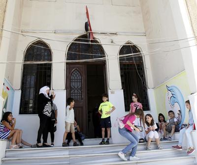 Damasco (Siria).- estudiantes sirios salen de sus escuelas en Damasco, Siria. Algunos cuatro millones de estudiantes sirios comenzaron su año escolar en alrededor de 15.000 escuelas de todo el país. EFE