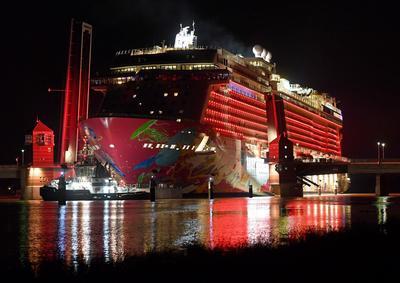 """Papenburg (Alemania ).- El crucero más nuevo de los astilleros Meyer """"Genting Drea"""" comienza su viaje de transferencia en el estrecho Ems al Mar del Norte en Papenburg, Alemania. El espectáculo atrajo a muchos espectadores a lo largo del Ems a finales de verano el clima. EFE"""