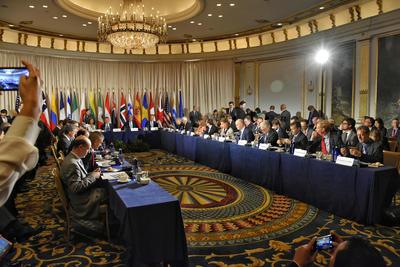 NUEVA YORK (ESTADOS UNIDOS.).- Fotografía de la reunión celebrada en Nueva York (Estados Unidos), donde la secretaria de Relaciones Exteriores de México, Claudia Ruiz Massieu, anunció que México contribuirá con un millón de dólares a la Iniciativa Global para el Desminado de Colombia. EFE