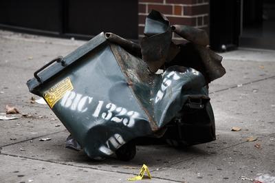 Nueva York (Estados Unidos).- Un contenedor de basura destrozado en el sitio de una explosión que se produjo durante la noche en el barrio de Chelsea de Nueva York , Nueva York , EE.UU.. Más de 20 personas resultaron heridas en la explosión. El motivo todavía está siendo investigado, a pesar de las autoridades suponen que aparentemente no está relacionada con el terrorismo internacional. EFE