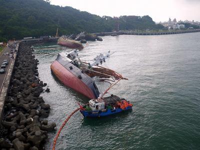 Kaohsiung (Taiwán ).- Una imágen proporcionada por la Administración de Protección Ambiental de Taiwan, muestra trabajadores de protección del medio ambiente utilizando un equipo para contener derrames de petróleo de dos barcos de pesca que volcaron sobre el lecho de la costa de Kaohsiung, sur de Taiwán, por el tifón Meranti. El tifón era tan fuerte que los cables de diez buques portacontenedores anclados en el puerto de Kaohsiung, en el sur de Taiwán se rompió y las naves flotaban en el mar, y cuatro barcos de pesca fueron volcados sobre el lecho en una playa de Kaohsiung. Un barco de contenedores de China 40.000 toneladas flotó unos diez km del puerto de Xiamen de China a la isla de Kinmen en Taiwán después de los cables de la nave se rompió durante Taiwan Meranti . EFE