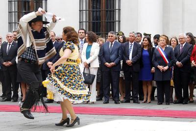 SANTIAGO DE CHILE (CHILE).- La presidenta de Chile, Michelle Bachelet (d), observa la presentación de una cueca (baile nacional tradicional), durante la celebración del 206 aniversario de la Independencia de Chile, en el Palacio de La Moneda en Santiago de Chile (Chile). EFE