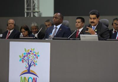 MARGARITA (VENEZUELA).- Fotografía del presidente de Venezuela, Nicolás Maduro (d), quien habla en el último día de la XVII Cumbre de jefes de Estado y de Gobierno del Movimiento de países No Alineados (MNOAL), en Margarita (Venezuela). La Cumbre del MNOAL comenzó el martes con las reuniones entre las comisiones técnicas de economía social y política, que fueron seguidas por una plenaria entre los cancilleres de los países miembros que se extendió durante dos días. EFE