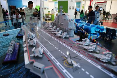 Pekín (China).- Los visitantes observan un modelo de portaaviones chino Liaoning durante una exhibición en el ámbito del Día Nacional de Ciencia Popular en la ciudad de Beijing, China. Se realizaron más de 9.000 eventos a través de china del 17 al 23 de septiembre en el marco del evento anual. EFE