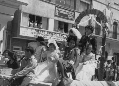 18092016 Desfile de carros alegóricos en 1976. Saludando se ve a Francisco Ortiz Mora, Nadia Gómez Mora (f) y Beatriz Mora de Salinas.