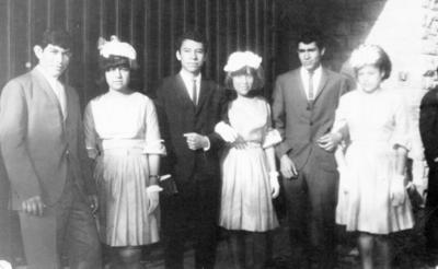 18092016 Chambelanes y damas en una quinceañera en 1966.