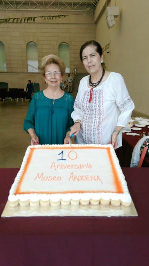 18092016 DE FIESTA.  Aurora Máynez y Rosario Ramos partiendo el pastel del décimo aniversario del Museo Arocena.