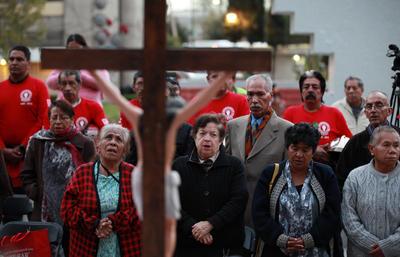Habitantes del complejo habitacional Tlatelolco participaron en una misa en conmemoración de las víctimas.