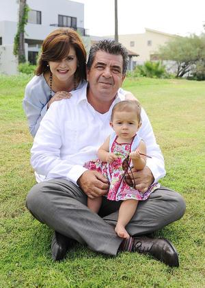 Arturo y Anabel con su nieta Marijose