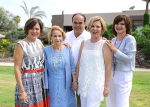 En compañía de su mamá y sus hermanos