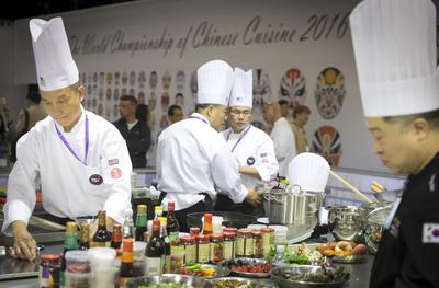 ROTTERDAM (HOLANDA).- Chefs cocinan por equipos durante la 8 edición del Campeonato Mundial de Cocina China 2016, en la primera edición celebrada fuera de Asia, en Rotterdam, Holanda. Cientos de equipos de 15 países diferentes compiten en la presente edición, que se celebra del 19 al 21 de septiembre. EFE