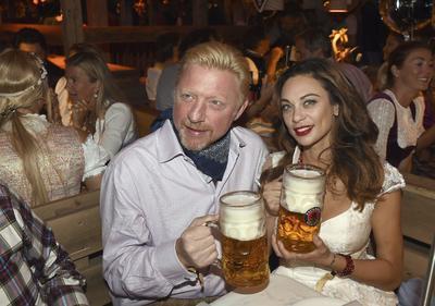 MÚNICH (ALEMANIA).- Fotografía que muestra al extenista alemán Boris Becker (i) junto a su esposa, Lilly, mientras celebran el Oktoberfest en Múnich, Alemania. La 183 edición del Oktoberfest se celebra del 17 de septiembre al 3 de octubre de 2016. EFE