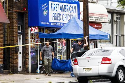 LINDEN (NJ, EE.UU.).- Oficiales de policía y agentes del FBI recogen evidencias en el establecimiento First American Fried Chicken perteneciente a la familia de Ahmad Khan Rahami, quien fue arrestado luego de un tiroteo, en Linden (NJ, EE.UU.). Ahmad Khan Rahami es sospechoso de participar en un atentado con explosivos el 17 de septiembre en Nueva York y de un segundo ataque en la noche en Nueva Jersey. EFE
