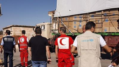 ALEPO (SIRIA).- Fotografía cedida por la Media Luna Roja Siria que muestra un convoy de camiones antes de partir para entregar ayuda humanitaria, en área rural de Alepo (Siria). Al menos doce personas murieron hoy por un bombardeo a este convoy de ayuda humanitaria en la zona de Auram al Kubra, en el oeste de la provincia septentrional siria de Alepo, según el Observatorio Sirio de Derechos Humanos. EFE