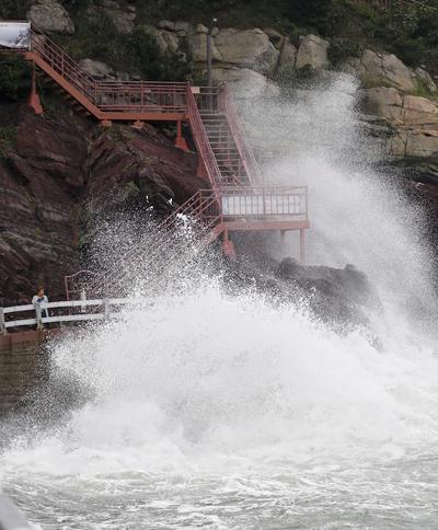 BUSAN (COREA DEL SUR).- Grandes olas provocadas por el tifón Malakas rompen contra un sendero en una costa de Busan, Corea del Sur. Las autoridades meteorológicas han emitido varias advertencias contra el fuerte oleaje y los rápidos vientos en el sureste de Corea del Sur. EFE