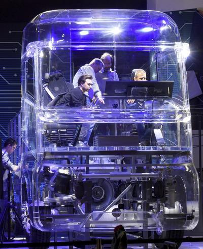 HANOVER (ALEMANIA).- Técnicos instalan una cabina de camión transparente durante la 66ª Feria de Vehículos Comerciales de Hanover, Alemania. La feria espera reunir del 22 al 29 de septiembre a más de 2.000 expositores procedentes de 52 países diferentes. EFE