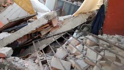 Los afectados vieron como la casa se derrumbó en medio del socavón que tiene una profundidad de alrededor de 5 metros.