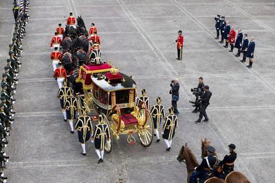 LA HAYA (HOLANDA).- Los reyes Guillermo Alejandro y Máxima de Holanda, llegan en un carruaje al Binnenhof durante la celebración del 'Prinsjesdag', el día del príncipe, en La Haya, Holanda. Todos los años, el tercer martes de septiembre, se celebra la apertura del Parlamento holandés, en la que el rey pronuncia el discurso de la corona. EFE
