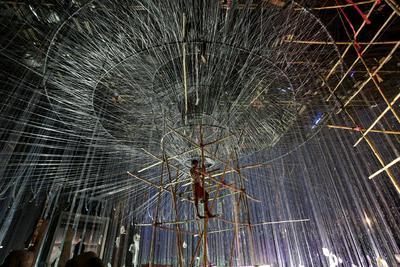 CALCUTA (INDIA).- Un artista (c) prepara una enorme instalación hecha con madera, agua, metal, bambú y papel colorado de cara a las celebraciones del festival Durgá Puyá en Calcuta, India. Hinduistas de todo el mundo celebran la victoria del bien contra el mal y la fuerza de las mujeres del 8 al 11 de octubre. EFE