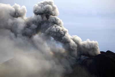 """CARTAGO (COSTA RICA).- Fotografía del volcán Turrialba que mantiene una actividad """"intermitente"""" de emanación de gases y ceniza, en Cartago, tras las fuertes erupciones que realizó el lunes, que afectaron las principales ciudades del país y obligaron al cierre del aeropuerto que sirve a la capital. EFE"""