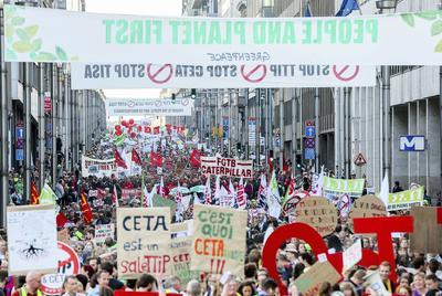 BRUSELAS (BÉLGICA).- Cientos de manifestantes de toda Europa participan en una protesta contra la negociación de los tratados de libre comercio de la Unión Europea con Estados Unidos (TTIP) y Canadá (CETA) en Bruselas, Bélgica. La concentración ha sido convocada por el movimiento Nuit Debout Belgique (Noche en Pie Bélgica). EFE